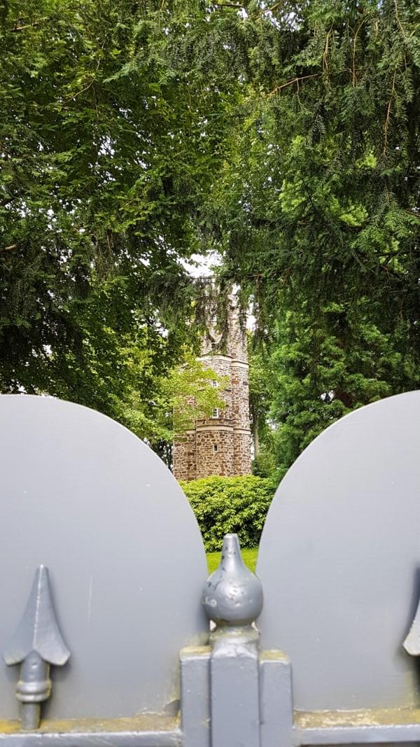 """Es handelt sich dabei um einen neugotischen Bruchsteinbau. Alexander von Humboldt erklomm ihn, schaute von oben auf die andere Rheinseite und tauft sie """"rheinisches Nizza"""". Das war im Jahr 1855.Seit 1985 gehört der Turm einem Kölner Arzt, der ihn liebevoll restaurierte und nun plant an diesem wunderschönen Ort junge Künstler fördern."""