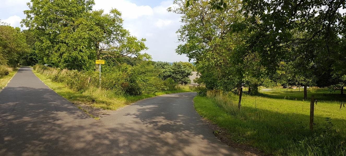 Dieser Abzweig führt rechts zum Rodderberghof I und II, wir gehen geradeaus.